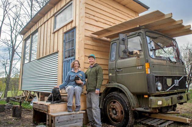 """TINY HOUSE. Eliza och David bor i ett egenbyggt """"tiny house"""", uppställt på en gammal militärlastbil."""