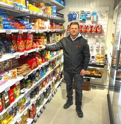 Joel i sin Lifvs-butik i Öna.