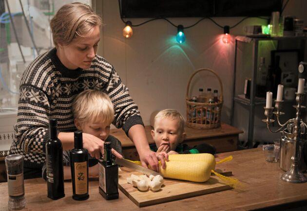 Linda Elvingson serverar mozzarella. Sonen Sven och systersonen Havde låter sig väl smaka.