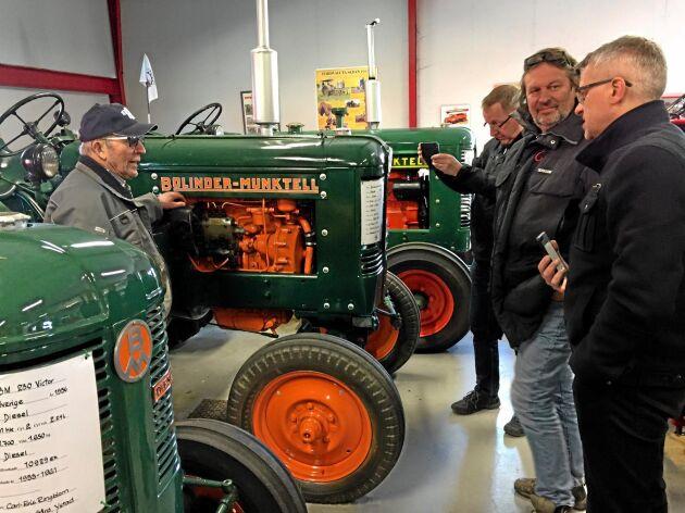 Medlemmarna har gjort flera utflykter. Här demonstrerar samlaren Carl Erik Ringblom en BM som är renoverad till nyskick för Bengt Arvidsson, Ola Nilsson och Anders Olofsson i Sydsvenskans Traktorklubb.