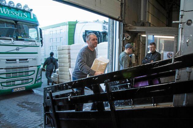 På tvätthallen går det att köpa danskt sågspån till självkostnadspris. Eget strö får inte tas med in i landet.