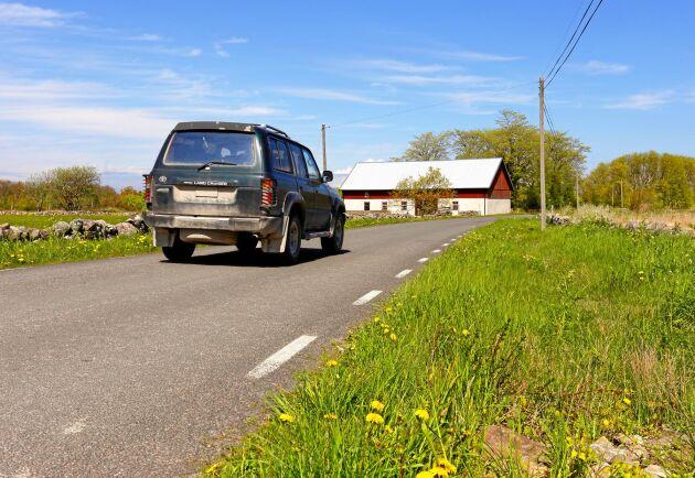 Den som bilpendlar till jobbet fem arbetsdagar per vecka måste köra nästan 3 mil tur och retur per arbetsdag för att alls vara berättigad till något reseavdrag, skriver Olof Andersson.