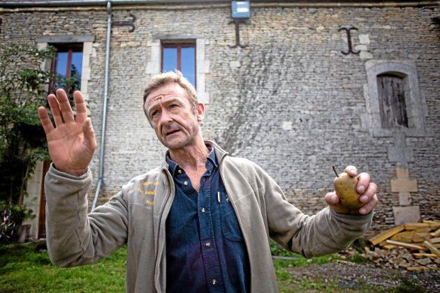 Hervé de Mézerac har äppelodling på 15 hektar och runt 100 äppelsorter. Han odlar även päron på fem hektar.