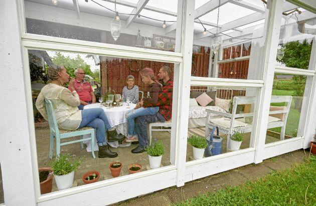 Orangeriet är byggt med fönster från ett rivningshus i Eslöv. Här är hela familjen tillsammans med hans föräldrar Carina och Sven.