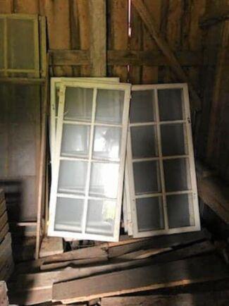 Har du gamla fönster stående på vinden eller i en vedbod, plocka fram dem och gör något fint av dem!