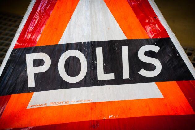 En timmerlastbil har vält på riksväg 25 i Kalmar län.