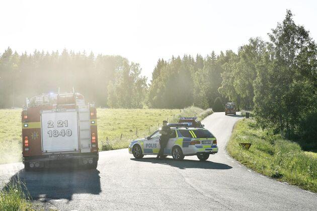Polisen blockerar vägen under en av de senaste skogsbränderna utanför Sala.