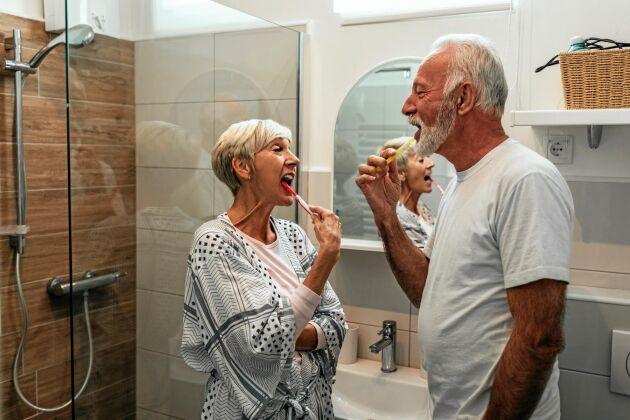 Att borsta tänderna tillsammans är ett exempel på en stärkande kvällsrutin.