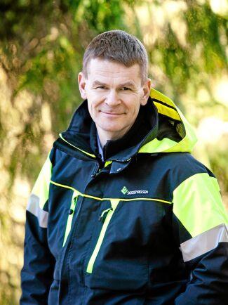 Skogsstyrelsens generaldirektör Herman Sundqvist öppnar plånboken och betalar ut ersättning till de skogsägare som blivit lovade pengar.