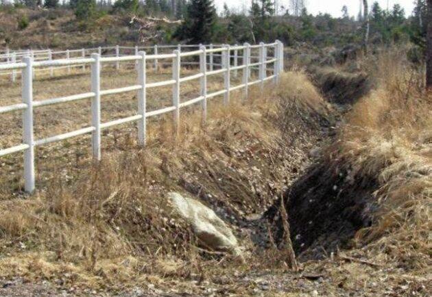 Branta dikeskanter gav en snabb transport av näringsämnen från hagarna och övergödning av Julmyrabäcken…