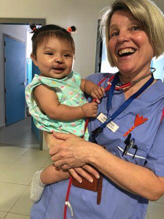 Lilla Mariana i famnen på svenska Mariana. Flickan har nu alla chanser att få gå i skola och få en positiv framtid som alla andra barn.