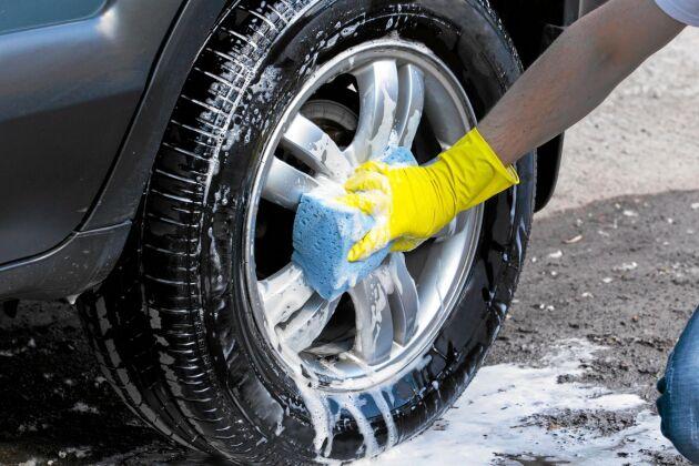 Tvätta däcken, men på macken eller biltvätten där riktiga avrinningsmöjligheter finns.