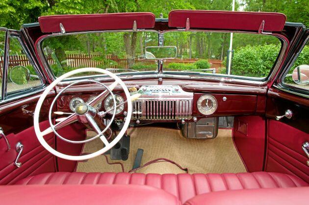 Stram, rejäl instrumentbräda med stor ratt. Bekvämt säte både fram och bak.