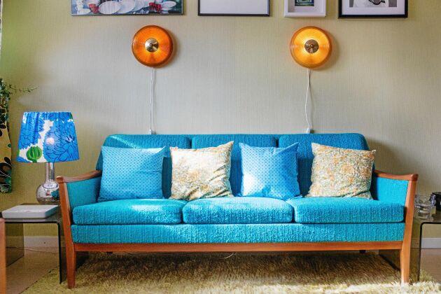 Den läckra soffan är faktiskt nytillverkad, men i samma färgstarka retrostil som resten av möblerna.
