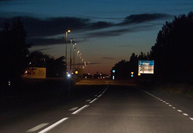 Det blir en kostsam process för kommunerna när belysningen längs vägarna måste rustas.