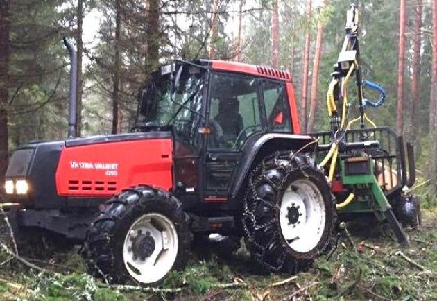 Detta är vår skogsdragare – Valtra Valmet 6200 från 1998. Nu har den gått runt 7000 timmar, berättar Jonas Enelund.