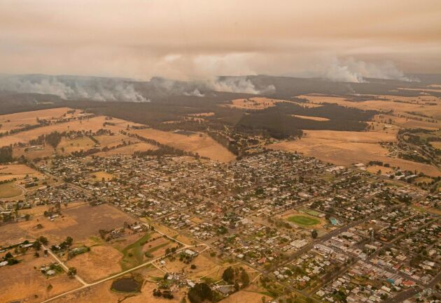 Bränderna på nyårsafton drabbade sydöstra Australien hårt. Här rasar bränderna alldeles i närheten av samhället Orbost i East Gippsland, Victoria.
