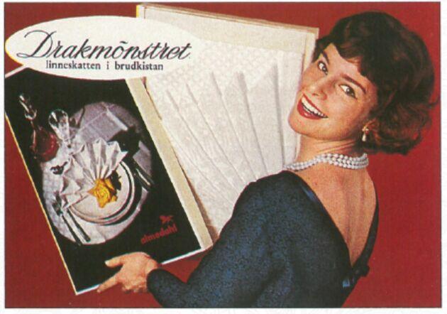 Reklam bild från 1950-talet. Drakduken såldes då som i dag i presentförpackning. Den är hela 3 meter lång och 150 cm bred och tillverkas i dag i bomull med vacker lyster.