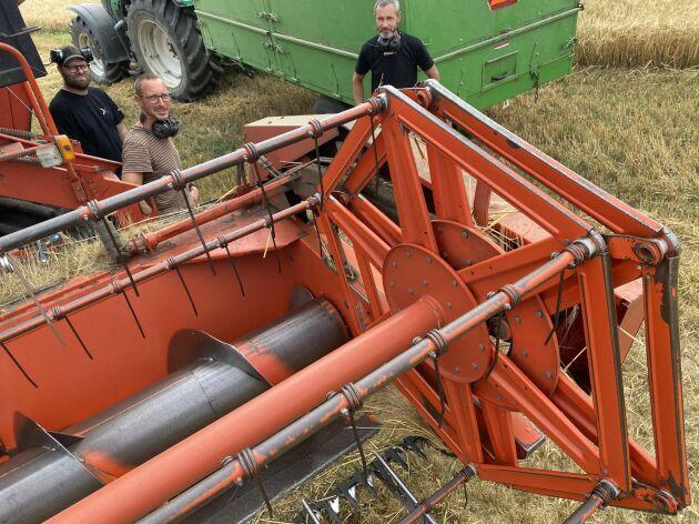 Per och Lars Josephsson har ett driftsbolag ihop med svågern Andreas Elbing (vänster). Alla tre är ingenjörer och sköter lantbruket på fritiden. Tröskan är en Duetz Fahr från 1984.