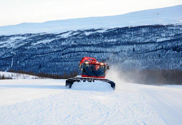 Varje dag från det att Ramundberget öppnar till dess att skidanläggningen stänger i slutet av april stiger Chrille Myhr upp mitt i natten för att lägga grunden till utmärkta backar i skidsystemet.