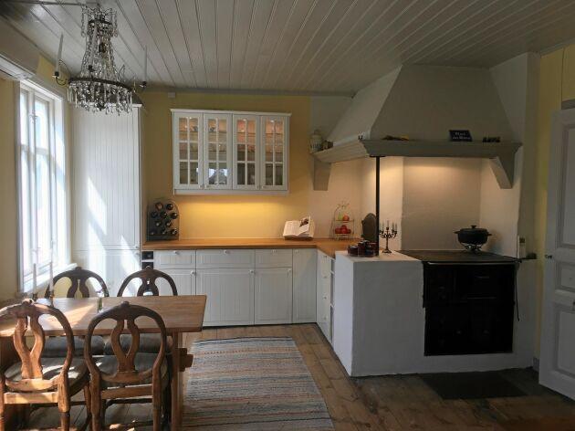 """""""Köket är det som jag är mest stolt över av allt vi hittills renoverat inomhus"""", säger Lovisa. Längst in i hörnet syns luckan till bakugnen som Didrik hittade bakom lager av masonit och 1960-talstegel."""