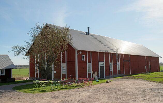 Ladugården byggdes om till bageri och café.