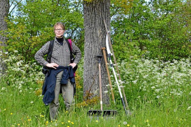 Skogskonsulent Karin Wågström med utrustning för att hitta sjuka almar på Gotland.