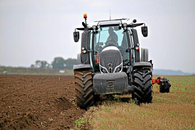 ATL har provkört en av de första traktorerna i Sverige med det nya armstödet och SmartTouch skärm, en Valtra T234 på 235 hästkrafter.