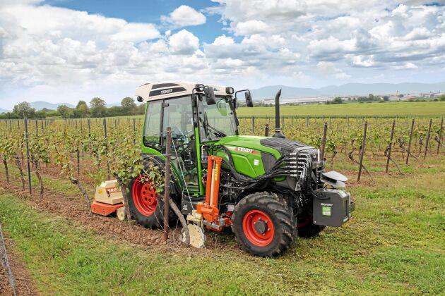 SILVER: Agritech19 Fendt. Braun Maschinenbau och Fendt har försett en steglös Fendt 200V med lasrar som läser av vinstockar, markojämnheter och stolpar. I traktordatorn läggs informationen samman med gyroskopdata för att räkna ut färdvägen genom vinodlingen och reglera redskap individuellt för varje sida. Det avlastar föraren och effektiviserar växtskyddsarbeten.