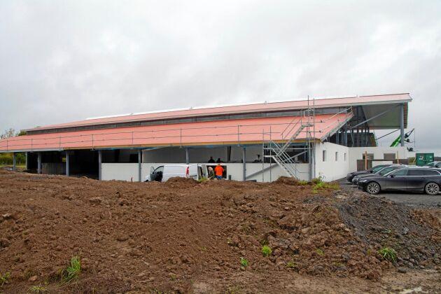 Stallkonstruktionen kommer från danska Agrifarm och är den första i sitt slag som byggs i Sverige. Stallet är utrustat med så kallad hybridventilation som reducerar ammoniaken med cirka 75 procent och binder den i vatten.