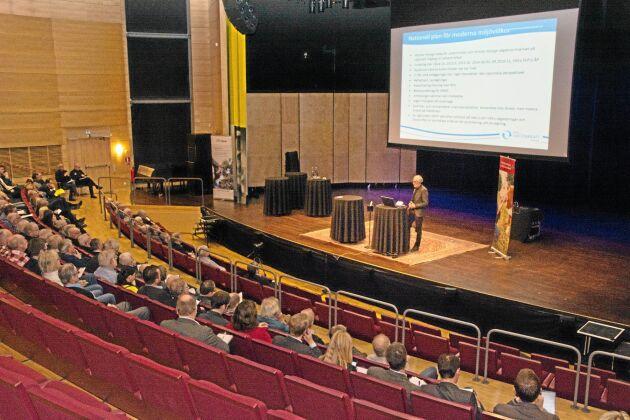 """""""Makten över vattnet"""" var en LRF-arrangerad temadag om hoten mot den småskaliga vattenkraften. Här håller Rune Hallgren från Svensk Vattenkraftförening föredrag."""