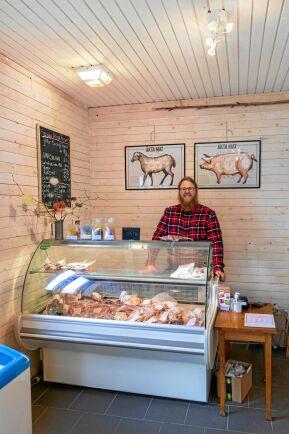 Gårdsbutiken med egna charkuterier och kött är en del av gårdens verksamhet, liksom kurser och visningar av odling och djuruppfödning.