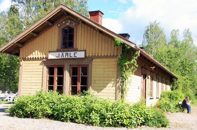 Vackra Järle stationshus i sommarskrud.