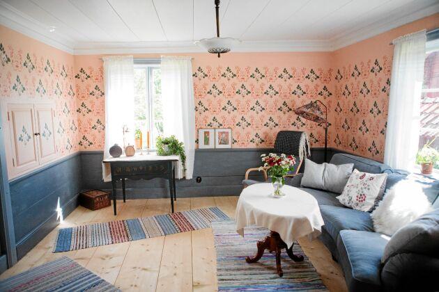 Salen med sina återskapade väggar. Kenneth och Astrid målade med fem olika schabloner som gjorts utifrån den bit originaltapet de hittade.
