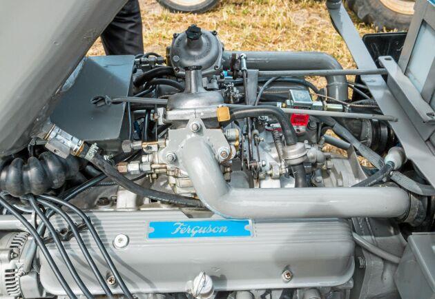 Överst på den engelska V8-motorn sitter två Zenithförgasare.