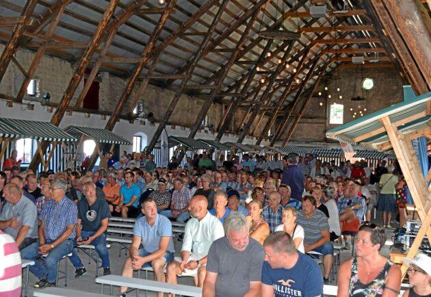 Cirka 400 kom till stormötet om torkan på Övedskloster.