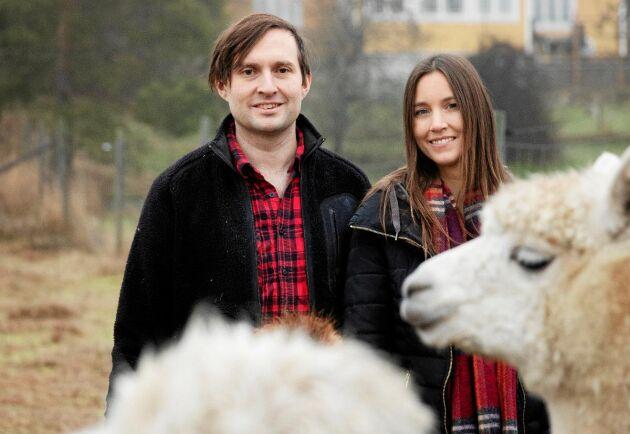 Therese och Anders Ryttar gillar livet på sin gård Kullholenn, där de kan alpackor och fåglar.
