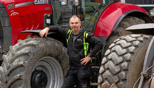 Anders Persson på maskinstationen i Vassmolösa har kört snö sedan 1996. I dag upplever han att det är svårare att få folk att vilja göra det och ser utmaningar med framtidens snöröjning.