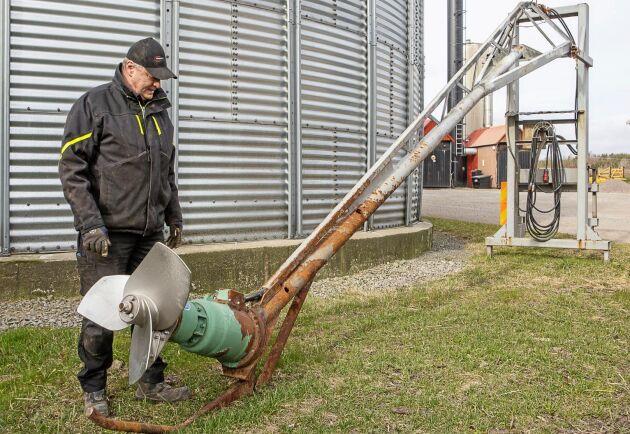 Håkan Wahlstedt vid en av de effektiva eldrivna gödselomrörarna som numer används istället för traktoromrörning vilket sparar mycket diesel.