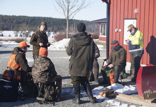 Samling vid elden till lunch. Markus och William Berg, EvaLena Heinered, Morgan Sundin, Benny Öqvist och Hans Johansson.