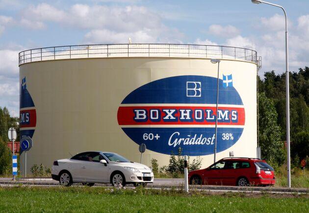 Striden går vidare om mejeriet i Boxholm. Nu har Arla skickat in en ansökan om kvarstad riktad mot den nya ägaren, Glada Bonden.