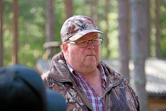 Kjell-Åke Axelsson är lärare på Södra Viken och erfaren jägare. Men han är också känd som stå-upp-komikern Kjell-Åke i Myra.