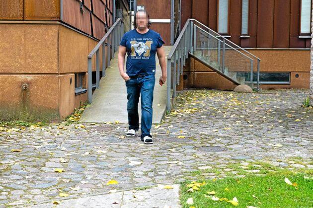 Henry Delone framför sitt kontor i Tallinn. För fem år sedan flyttade han från Östermalm till Tallinn och startade företaget Nummerupplysningen som lurar svenska företagare på miljoner. Att inte visa hans ansikte var ett villkor för intervjun.