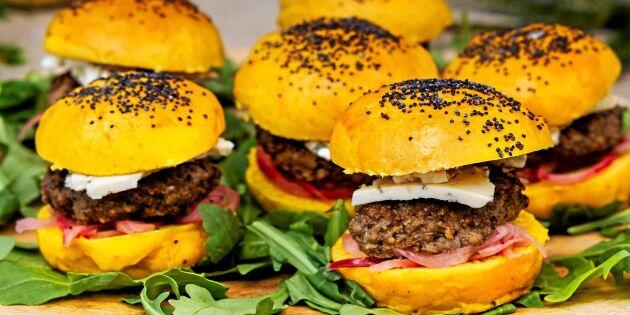 Saffransburgare med ädelost & picklad rödlök – supergott i miniformat