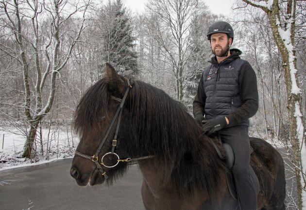 James Faulkner har en nära relation till alla sina hästar. Här rider han Júpíter frá Lækjamóti.