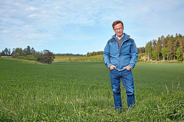 Moderatledaren Ulf Kristersson framför sitt jaktlags marker i Sörmland.