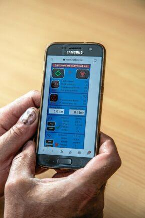 Både centerpivotanläggningen och dammen styrs via olika appar i mobilen.