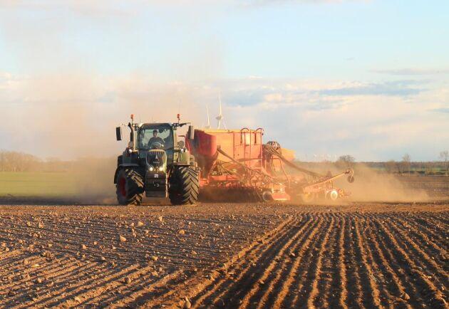 Redan 2011 inledde FarmAC Öland AB en satsning på precisionsodling då fyra av deras traktorer kompletterades med Trimbles autostyrning via GPS. Ett arbete som gjorts i samarbete med Lantmännen Maskin.