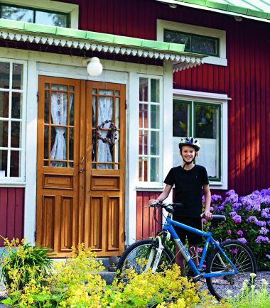 NU. Samma veranda sommaren 2020. Efter några år utan snickarglädje under senare delen av 1900-talet har en tandad takfotsbräda återskapats. Glasverandans fönster har däremot överlevt genom åren, tack vare kontinuerligt och varsamt underhåll.