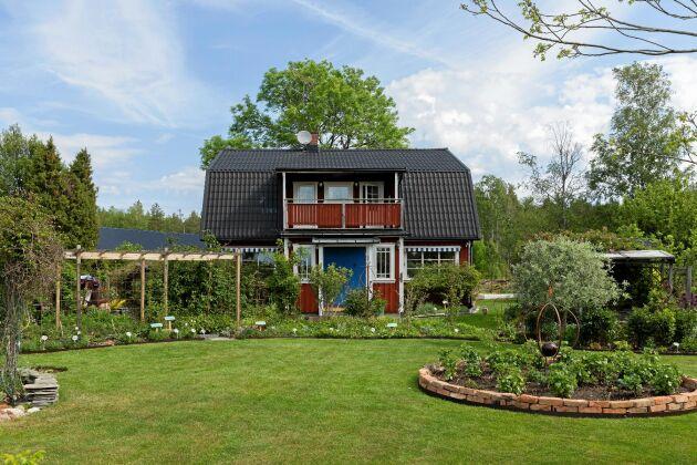 Besökare i Rundqvists trädgård får hjälp på traven bland alla vanliga och ovanliga växter av skyltarna Eva har textat.